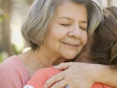 К чему снится умершая мама живой: весёлая или в слезах, молодая или старая. Основные толкования: почему приснилась умершая мама живой