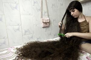 мужчина расчесывает волосы женщине во сне