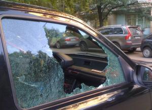 Видеть разбитое стекло машины