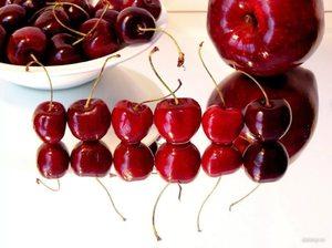Черная и красная вишня