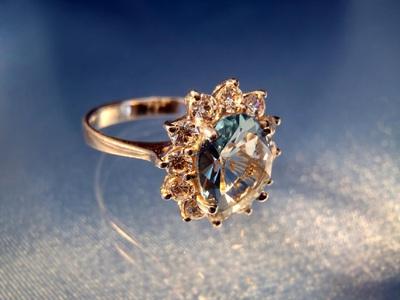 Сонник кольца на руках с камнями