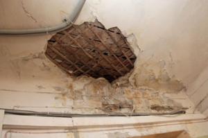 Дыра в потолке - к непредвиденным тратам