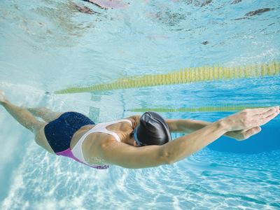 Что означает плавать в бассейне во сне